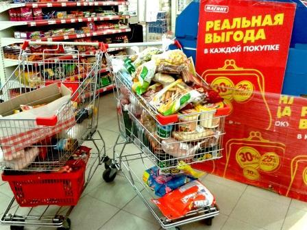 03.07.2015. Магазин Магнит в Коряжме. 9000 рублей за две тачки продуктов.