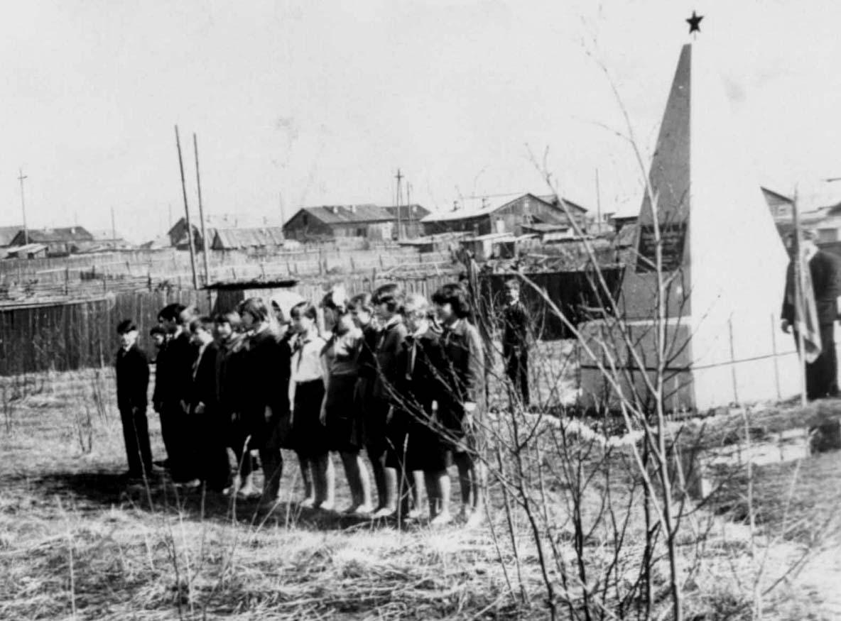 11. 9 мая 1965-70 у Обелиска Победы