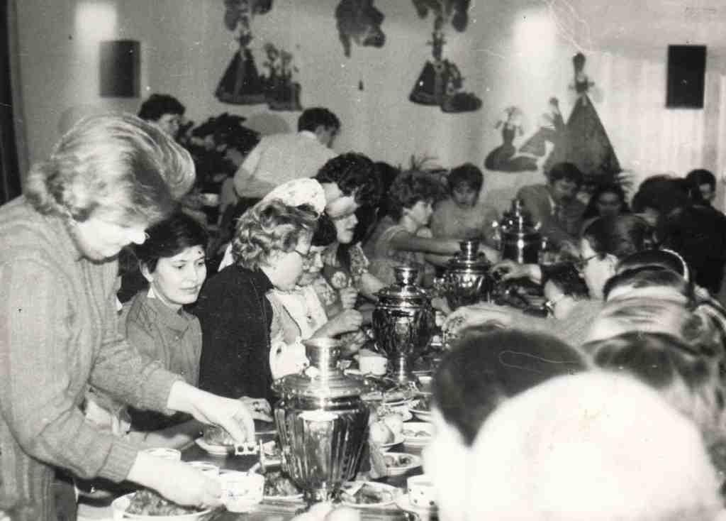 1985 год. Ежегодно в коллективе больницы отмечались праздники «День медицинского работника», веселились на Новогодних огоньках, проводах ветеранов на заслуженный отдых и т.п. Празднования проходили в Доме культуры, в столовой ОРСа.