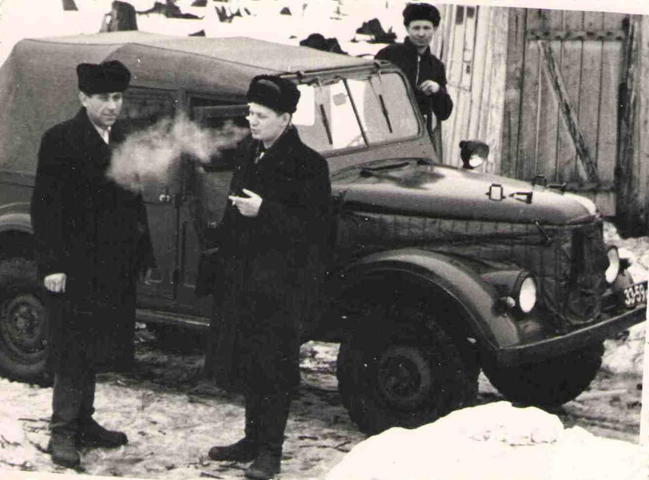 УАЗ Верхне-Лупьинского леспромхоза. Слева направо: Шаров Н.Г., Хлызов Н.П. (шофер), Дерягин С.С. 1950-60-е.