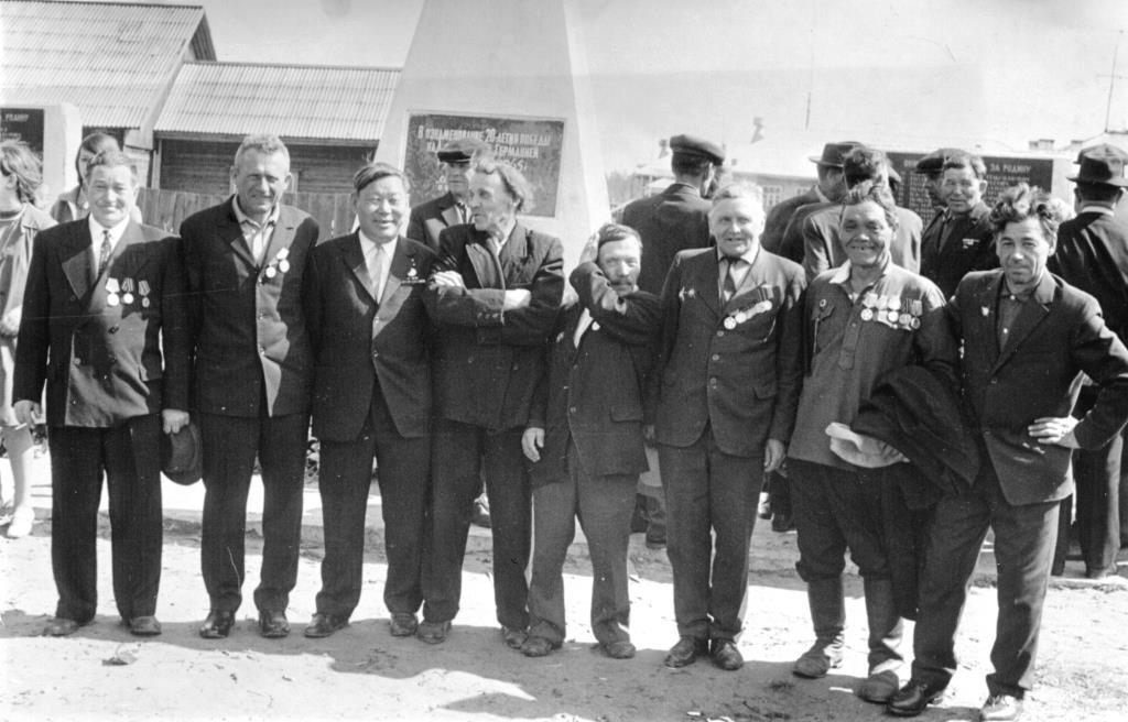 13. 9 мая 1975 (прим) у Обелиска Победы Ветераны Курско-Орловской дуги