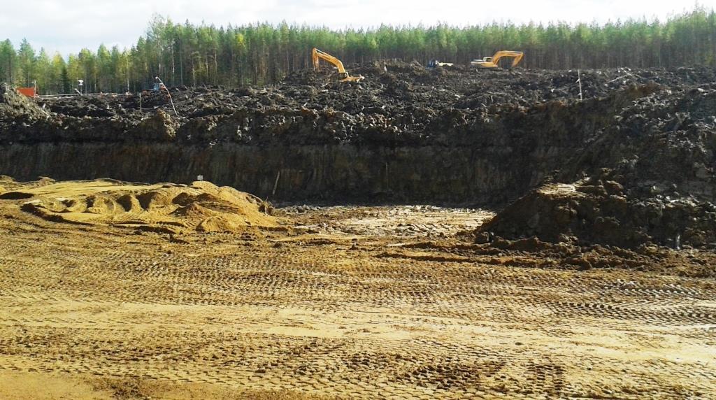 13.09.2018, ст.Шиес СЖД. Строительство идет на площади 44 га. Вид с ж/д путей в сторону леса.
