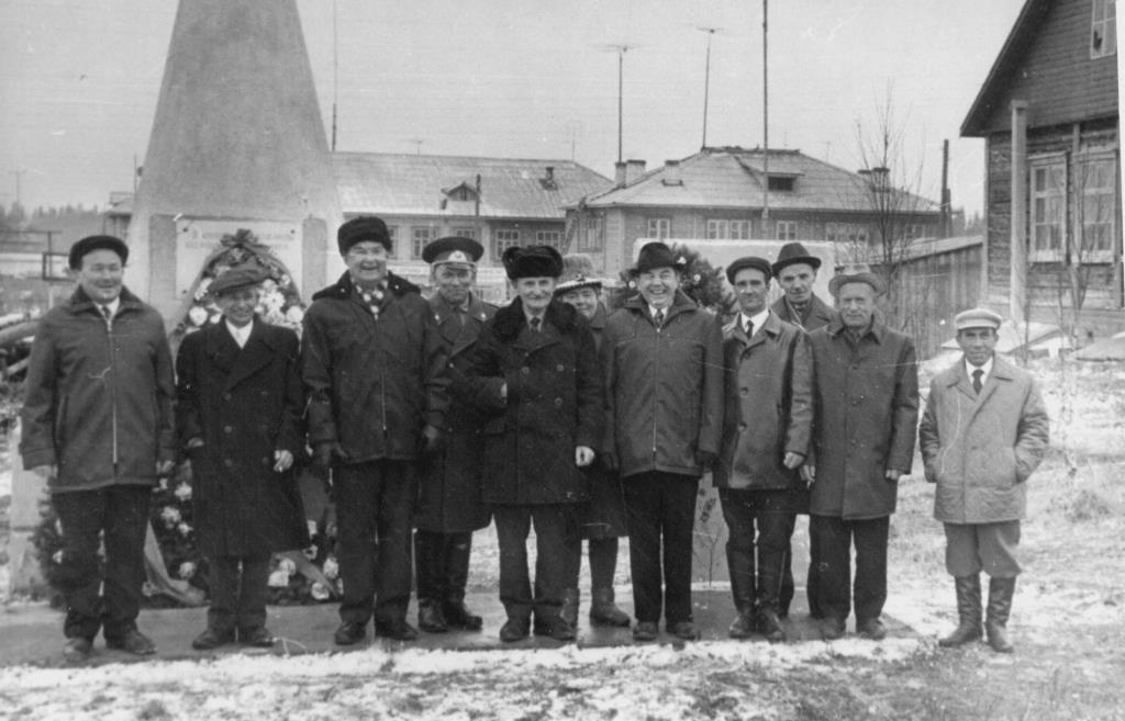 14. 9 мая 1975 (ранее) у ветераны Обелиска Победы