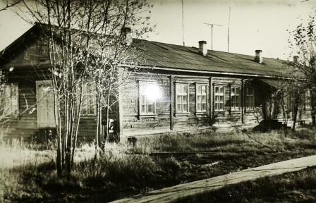 Дом № 11 по ул. Железнодорожная в п. Урдома. С 1960 г. до октября 1973-го здесь располагались поликлиника, роддом и детская консультация Первомайской больницы. В 2013 году располагаются полиция и отделение почты.