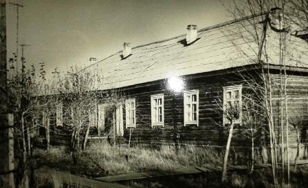 Дом № 9 по ул. Железнодорожная в п. Урдома. С 1960 года по октябрь 1973-го здесь располагался стационар Первомайской больницы, потом было общежитие, в 2013 году здание снесено, на этом месте построен многоквартирный жилой дом.