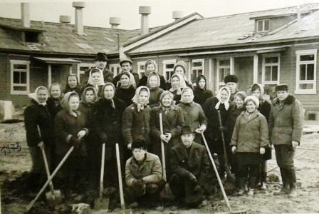 1973 год. С участием медработников идет благоустройство территории Урдомской городской объединенной больницы.