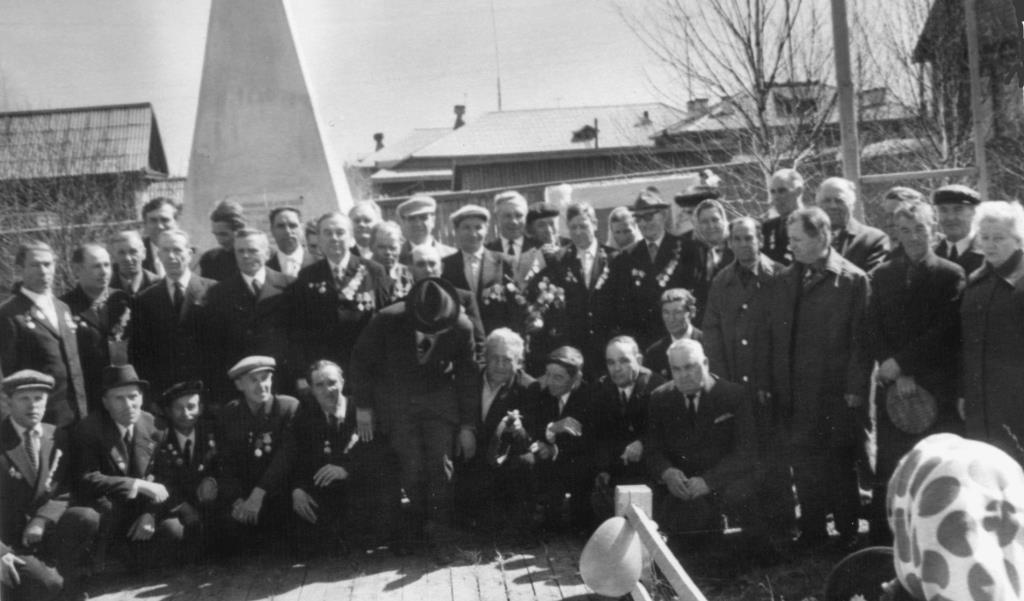15. 9 мая 1975 (ранее) ветераны у Обелиска Победы