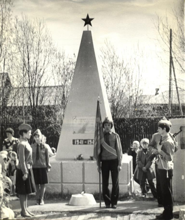 16. 9 мая 1975-85 почетный караул у Обелиска Победы