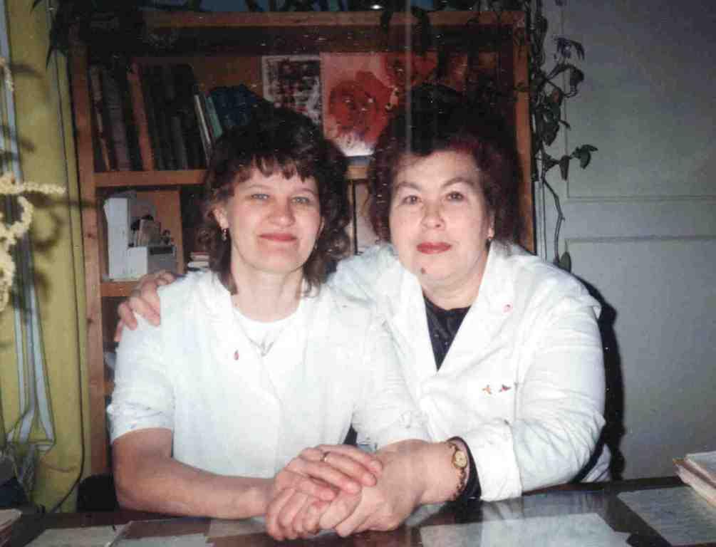 Врач хирург-рентгенолог Ковалева (Геревенко) Галина Васильевна (справа) и ее медсестра Ваганова Екатерина Леонидовна.