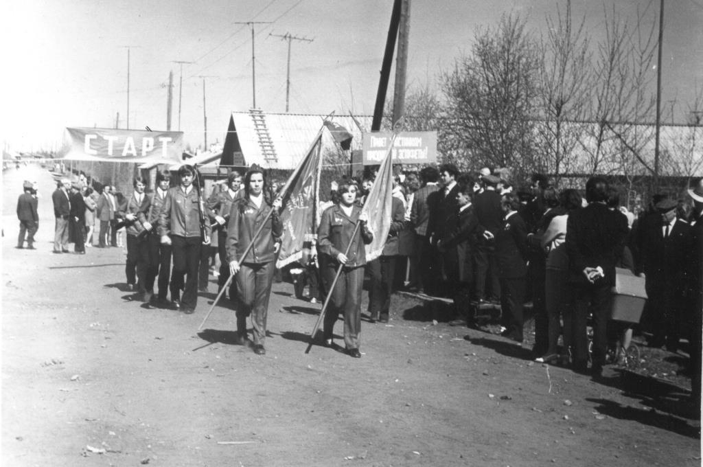 18. 9 мая 1975-85 участники праздничной эстафеты у Обелиска Победы