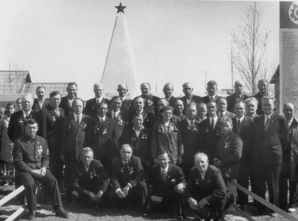 19. 9 мая 1975-85 ветераны у Обелиска Победы