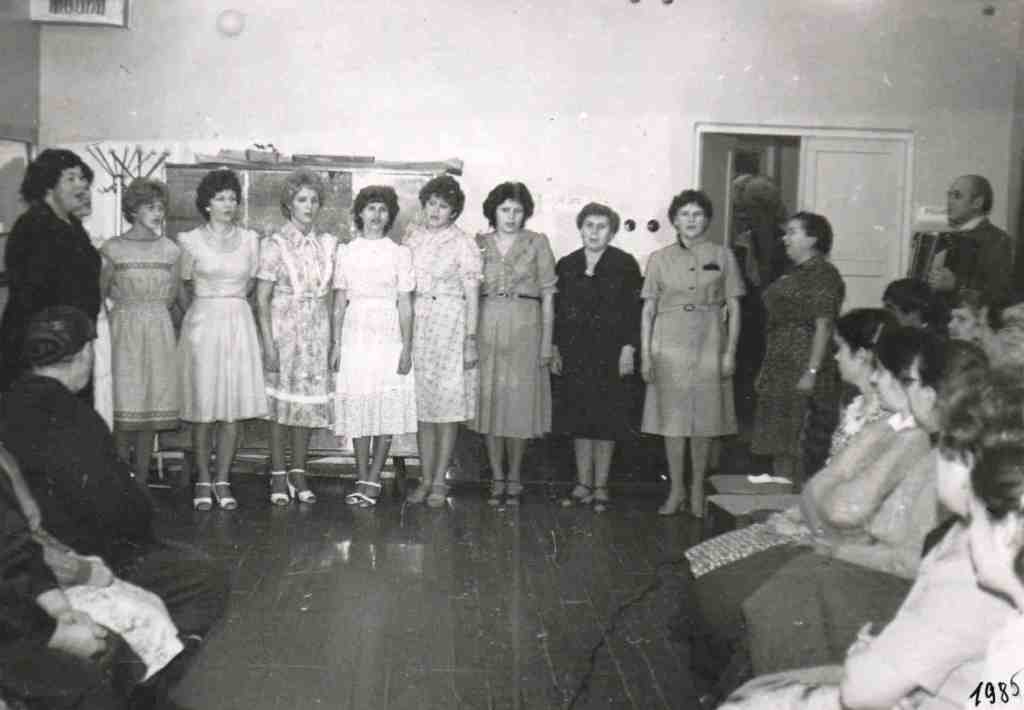 1985 год. Это наша вокальная группа «Медичка». Пели мы на сцене Дома культуры и даже на районном празднике песни, и конечно, в родном больничном коллективе.