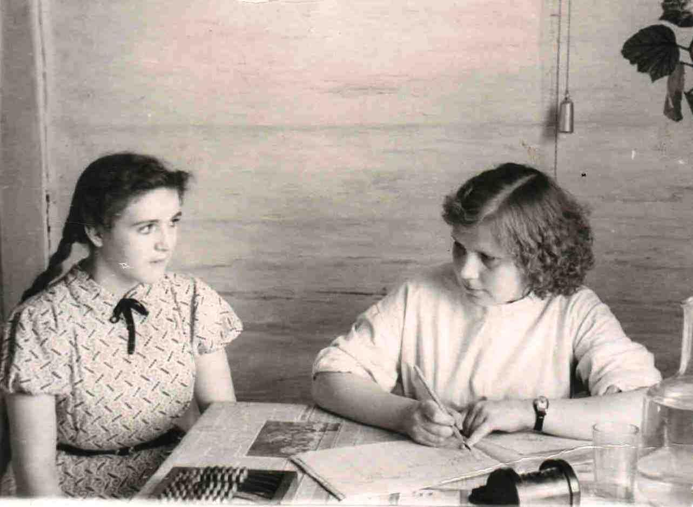 1959, май. п. Вандыш. Кабинет фельдшерско-акушерского пункта. На приеме у Кравец Раисы Николаевны (1)