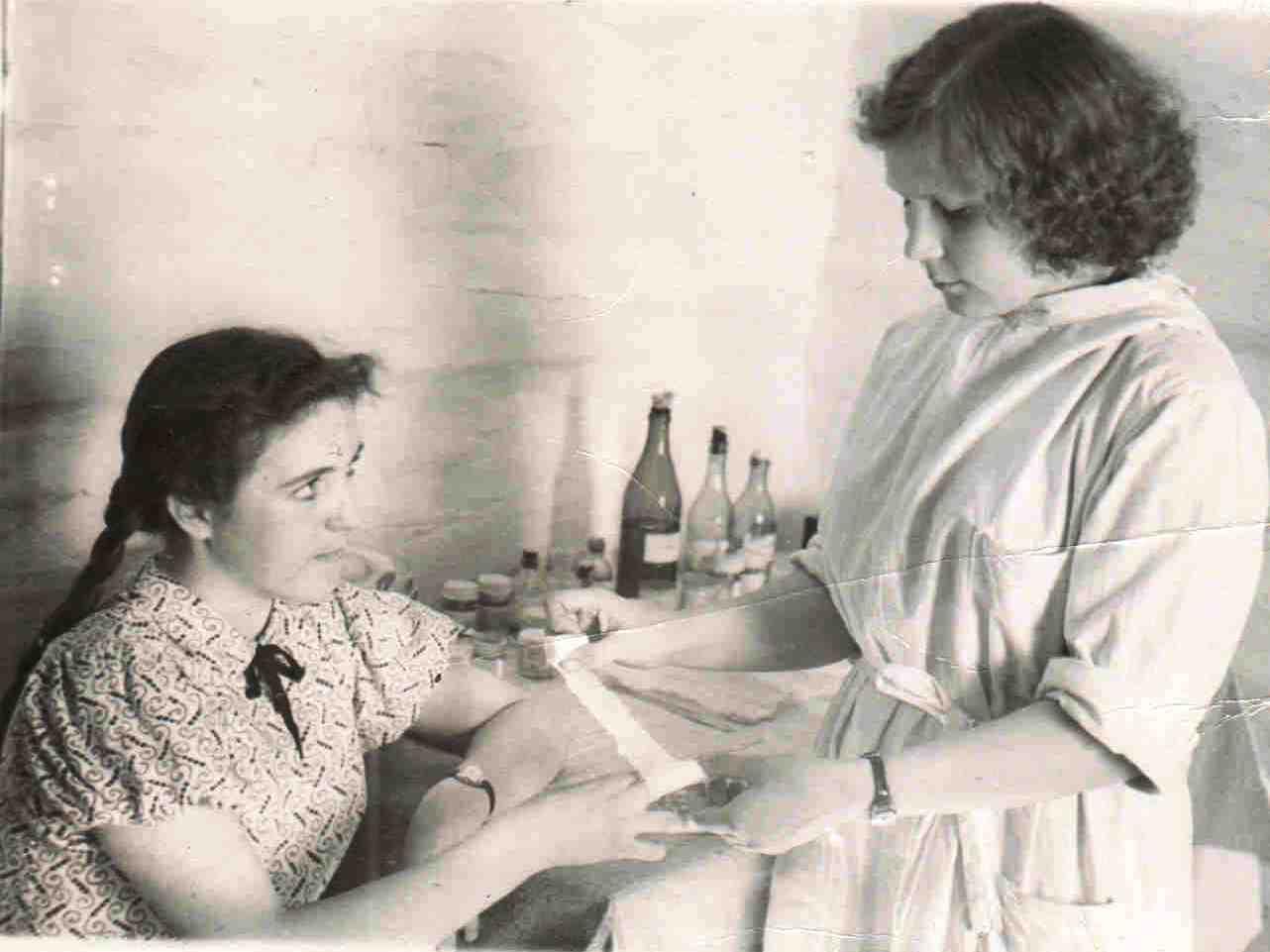 1959, май. п. Вандыш. Кабинет фельдшерско-акушерского пункта. На приеме у Кравец Раисы Николаевны (2)