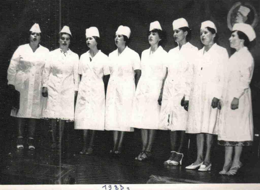 1983 год. Это наша вокальная группа «Медичка». Пели мы на сцене Дома культуры и даже на районном празднике песни, и конечно, в родном больничном коллективе.