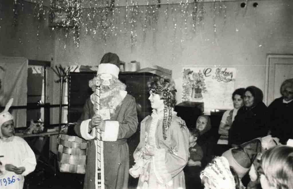 1986 год. Веселые Новогодние утренники для детей работников Урдомской больницы проходили в Доме культуры. А дети все были в маскарадных костюмах.