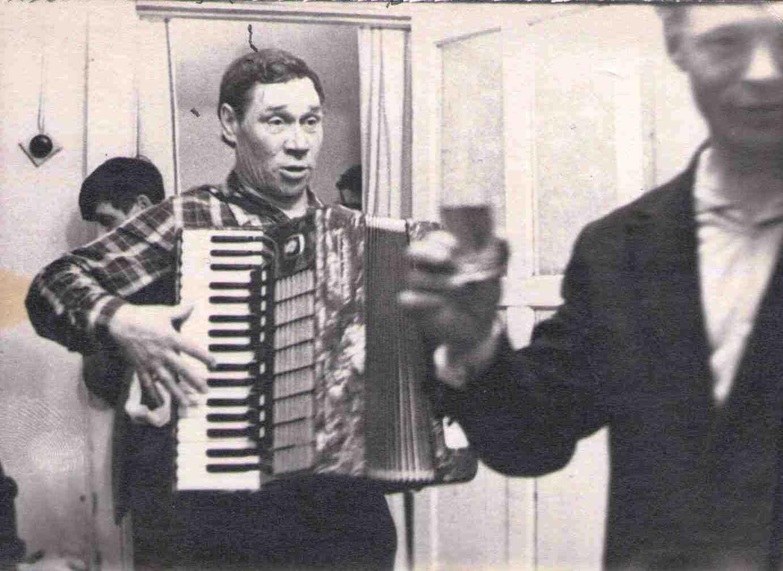 1970-е, Лосев Николай Андреевич умел играть на аккордеоне