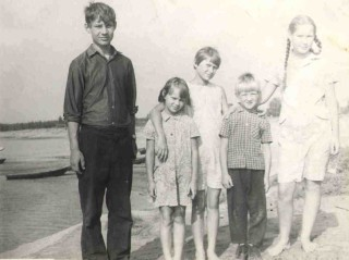 1971, в Паламыше, слева Андрей, Марина, Галина, Евгений, Вера