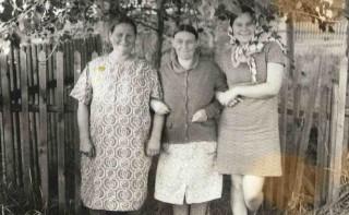 1971, в Паламыше у дома Лосевых, слева мама, няня-Лосева Евдокия Андреевна, дочь Люба (Егорова)