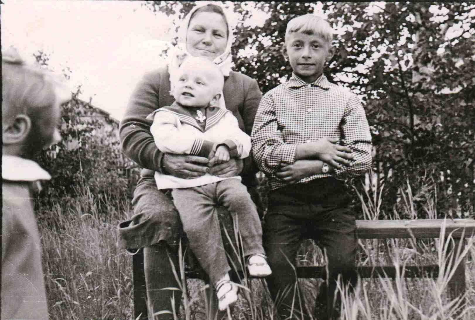 1971. п. Вандыш. Юрьева Александра Васильевна с внуками.