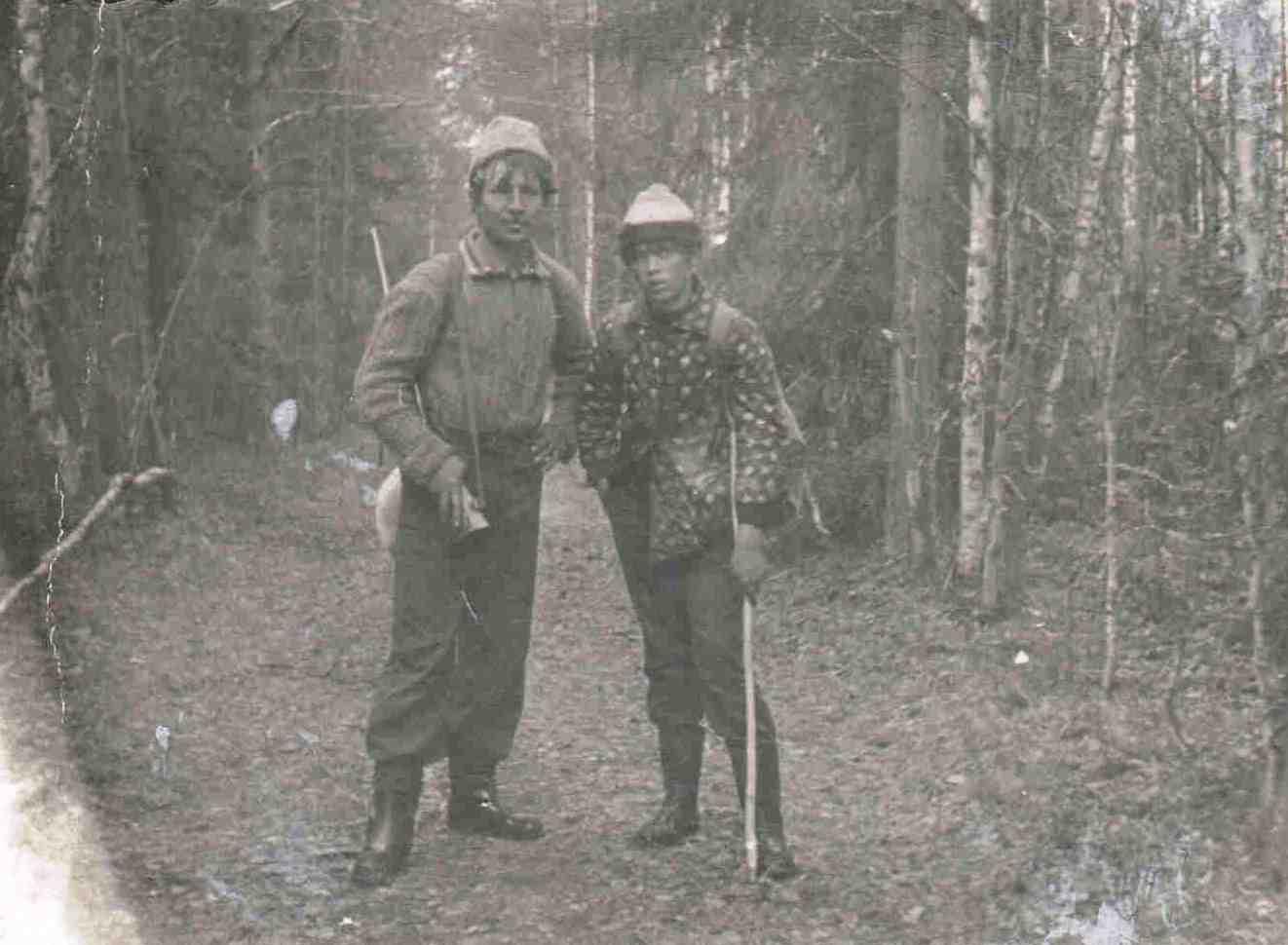 1973, весна, дорога из Нянды на Шестой, Доника А.Д. и Арсентьев К., охота на птицу.