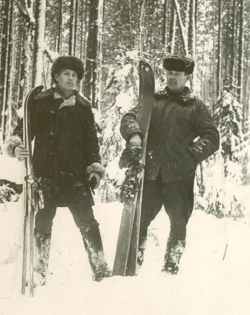 1974, п.Урдома. Малахов В.И. и Байбородин В.Г. (справа) в лесу с лыжами.