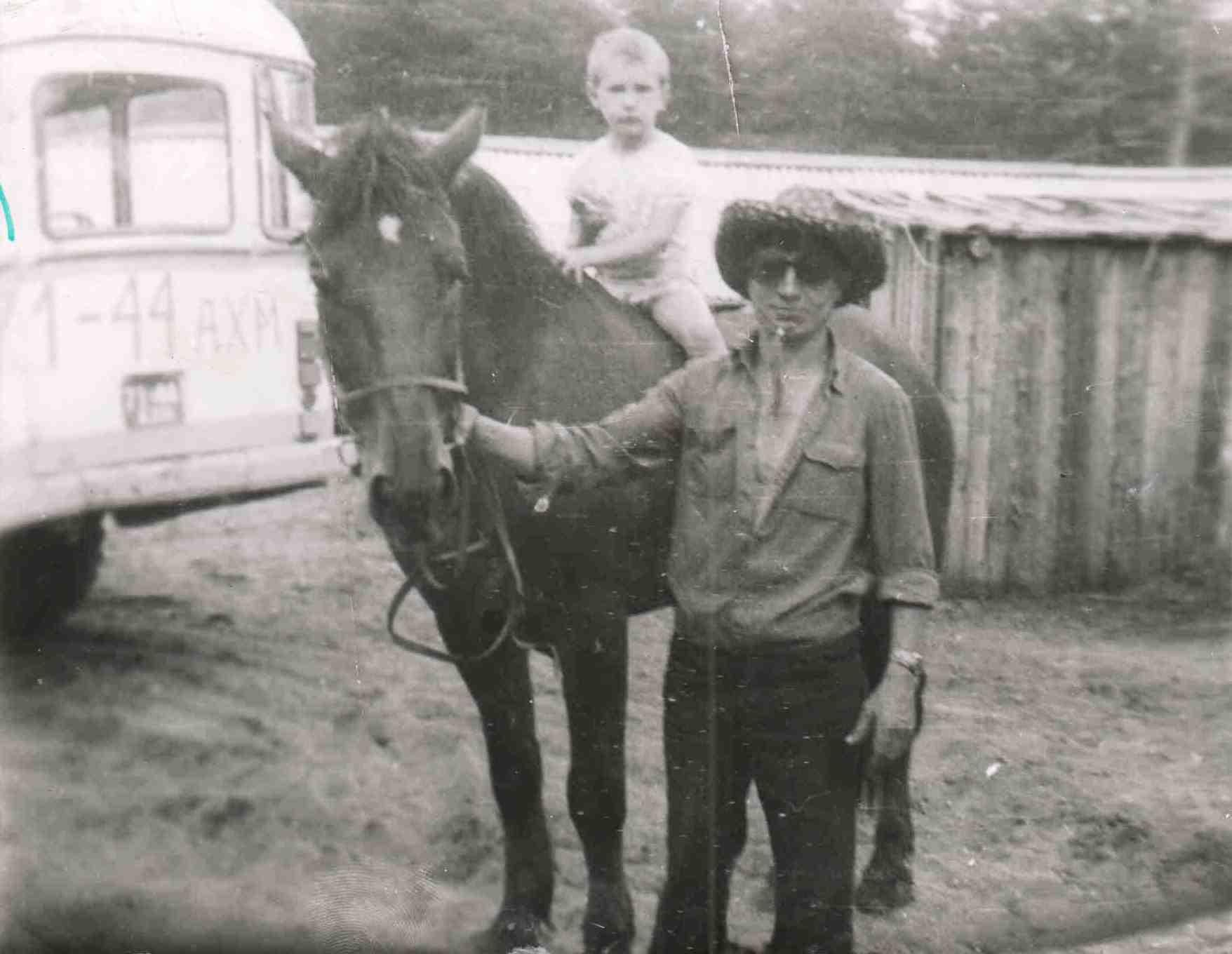 1978 г., Доника А.Д. с сыном Андреем на совхозной лошади.