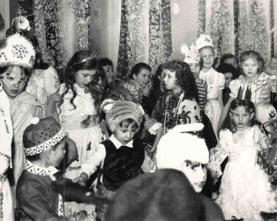 1986 год. Веселые Новогодние утренники для детей работников Урдомской больницы проходили в Доме культуры. А дети все были в маскарадных костюмах..