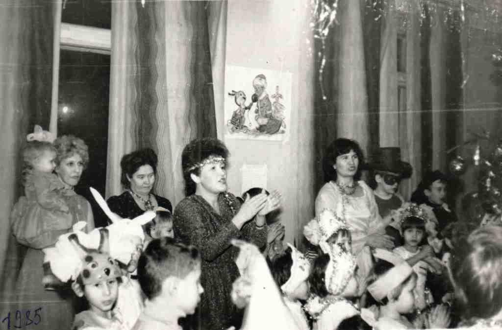 1985 год. Веселые Новогодние утренники для детей работников Урдомской больницы проходили в Доме культуры. А дети все были в маскарадных костюмах.