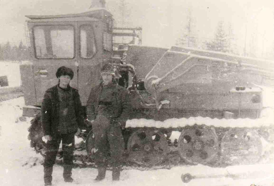 1988-89, Витюнинский лесопункт. Челюстной погрузчик. Королев В.А. (слева)