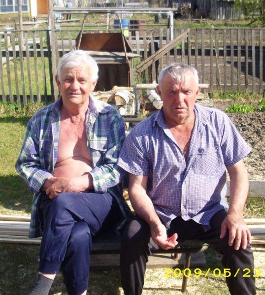 2009.05.23. Два друга-соседа - Г.А. Голенев и Н.И. Кравец. Урдома, ул. Октябрьская.