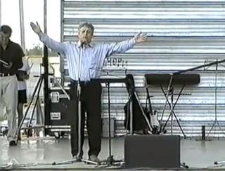 21.07.2001. День Урдомы. Главная сцена праздника. Е.Н.Япрынцев читает свой стих Среди июльской кутерьмы...