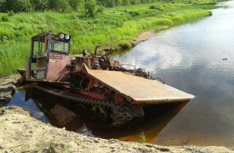 23.06.2016, п.Витюнино. Трактор в реке Виледь.