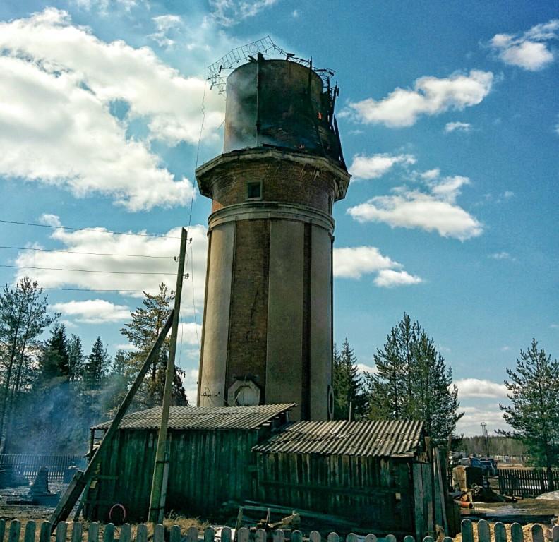 26.04.14 11ч 53мин. Догорающая водонапорная башня в Урдоме.