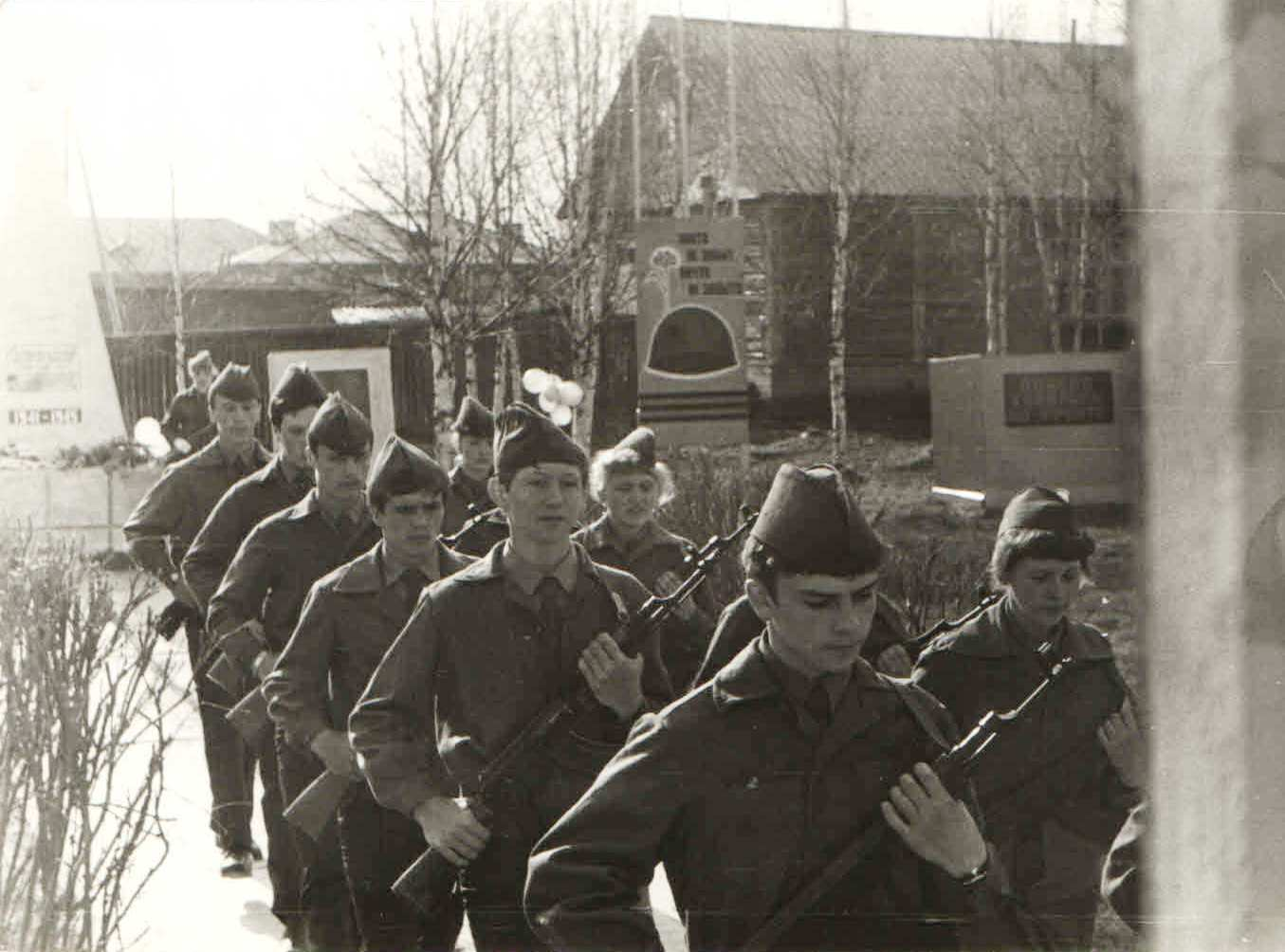 27.  9 мая 1985 почетный караул у Обелиска Победы