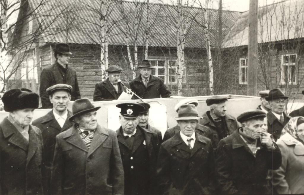 28. 9 мая 1990-96 ветераны у Обелиска Победы