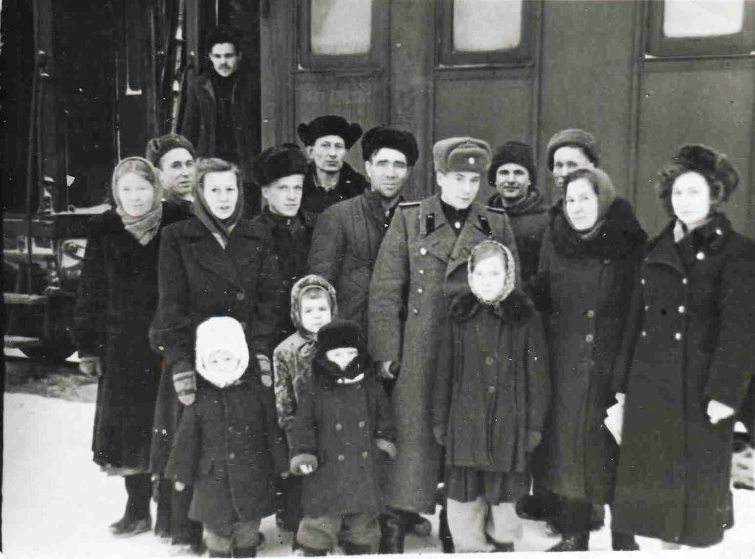 Пассажирский вагон на перроне ж/д станции Урдома