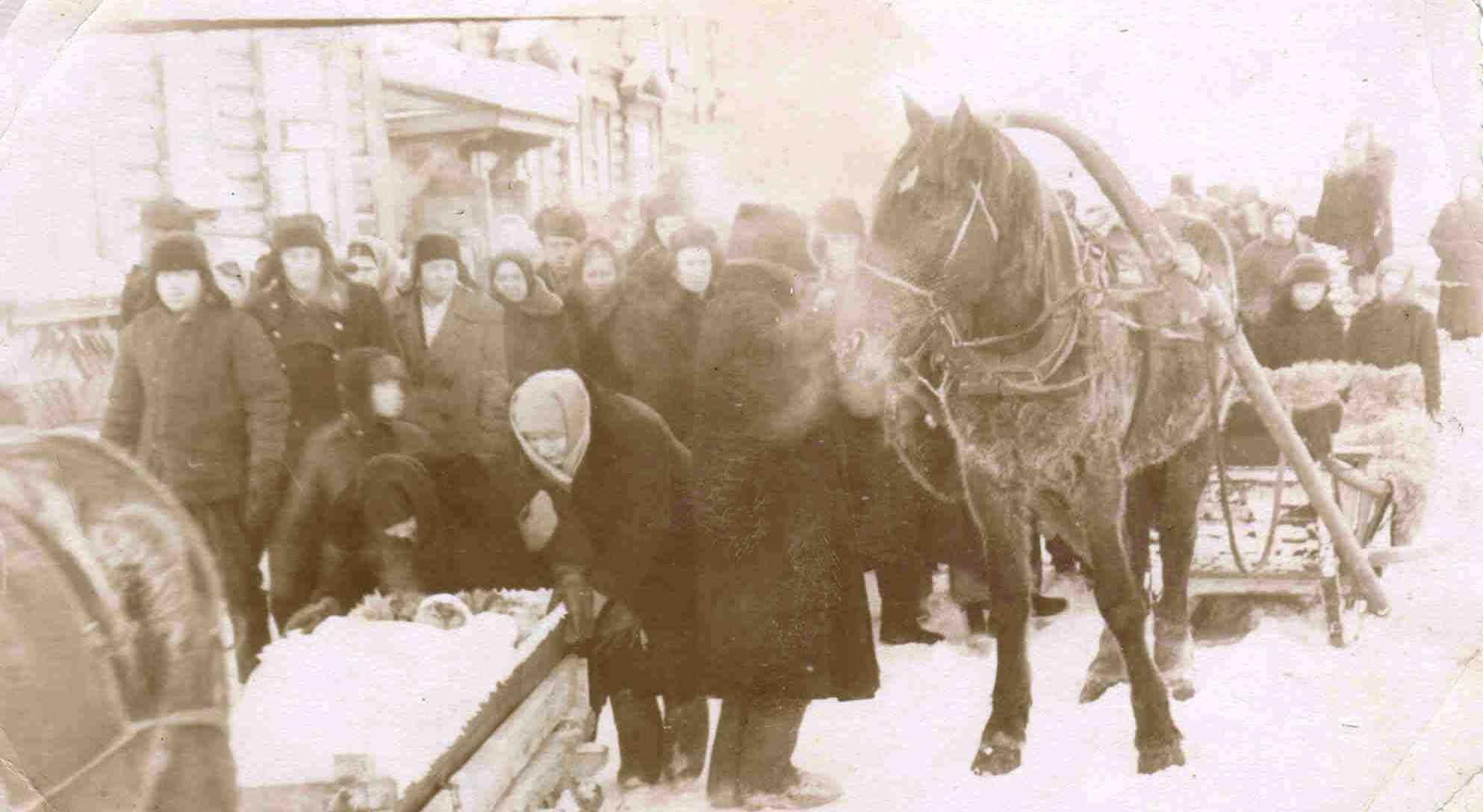 ст.Урдома, ул.Гагарина. Похороны тоже были на лошадях.