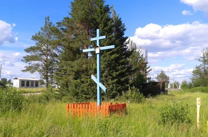 30.06.2015, п.Урдома, ул.Седунова. Придорожный крест (оберег) у ж/д переезда.