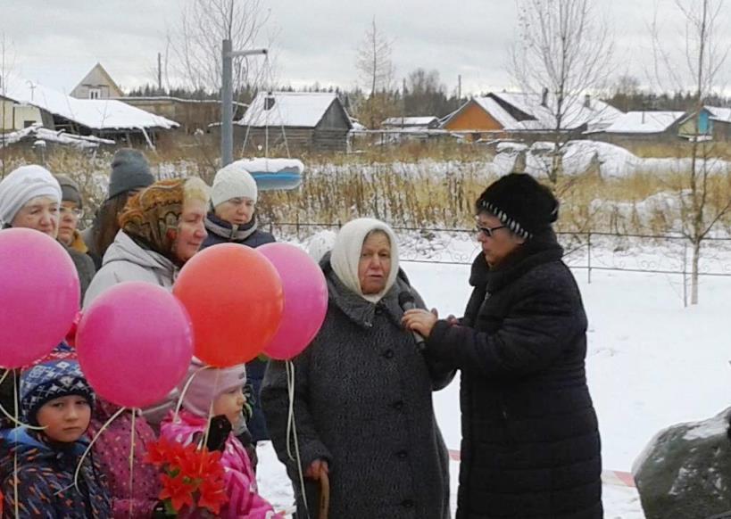 30.10.2017, п.Урдома. Кокшарова (Болгарина) Нина Никитична, дочь репрессированных, выступает в Няндском парке памяти на митинге, посвященном Дню памяти жертв политических репрессий.