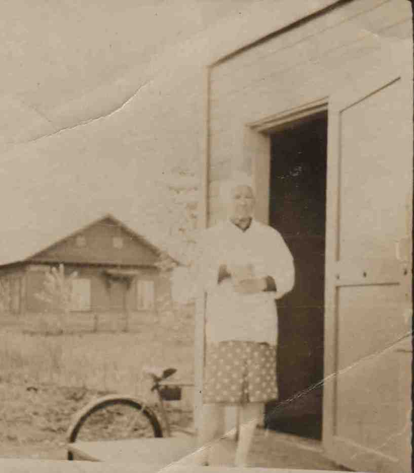 42. Бровина АО, на крыльце столовой, ст. Урдома. На заднем плане Амбулатория