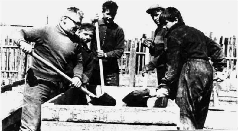 5) 1965-68. УСШ. Строительство школьных мастерских, столовой, клуба. Вручную перемешивали бетонную смесь из гравия, песка и цемента.
