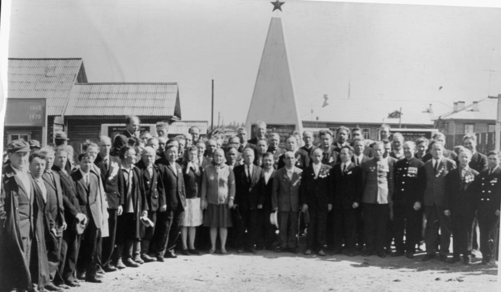 5. 09.05.1970 ветераны у Обелиска Победы