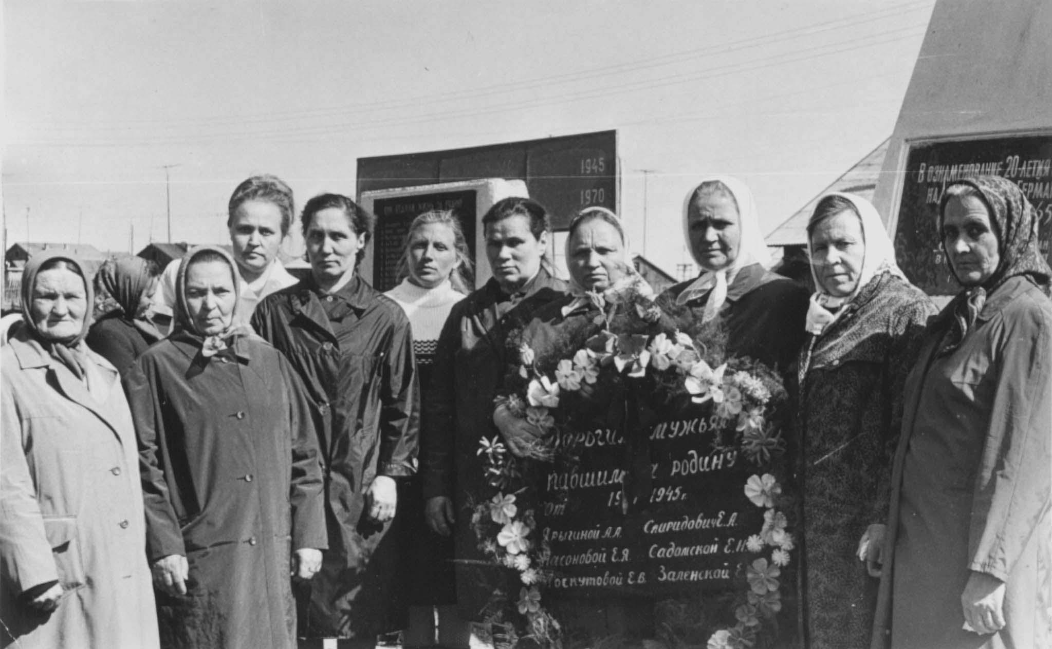 6. 09.05.1970 вдовы воинов у Обелиска Победы