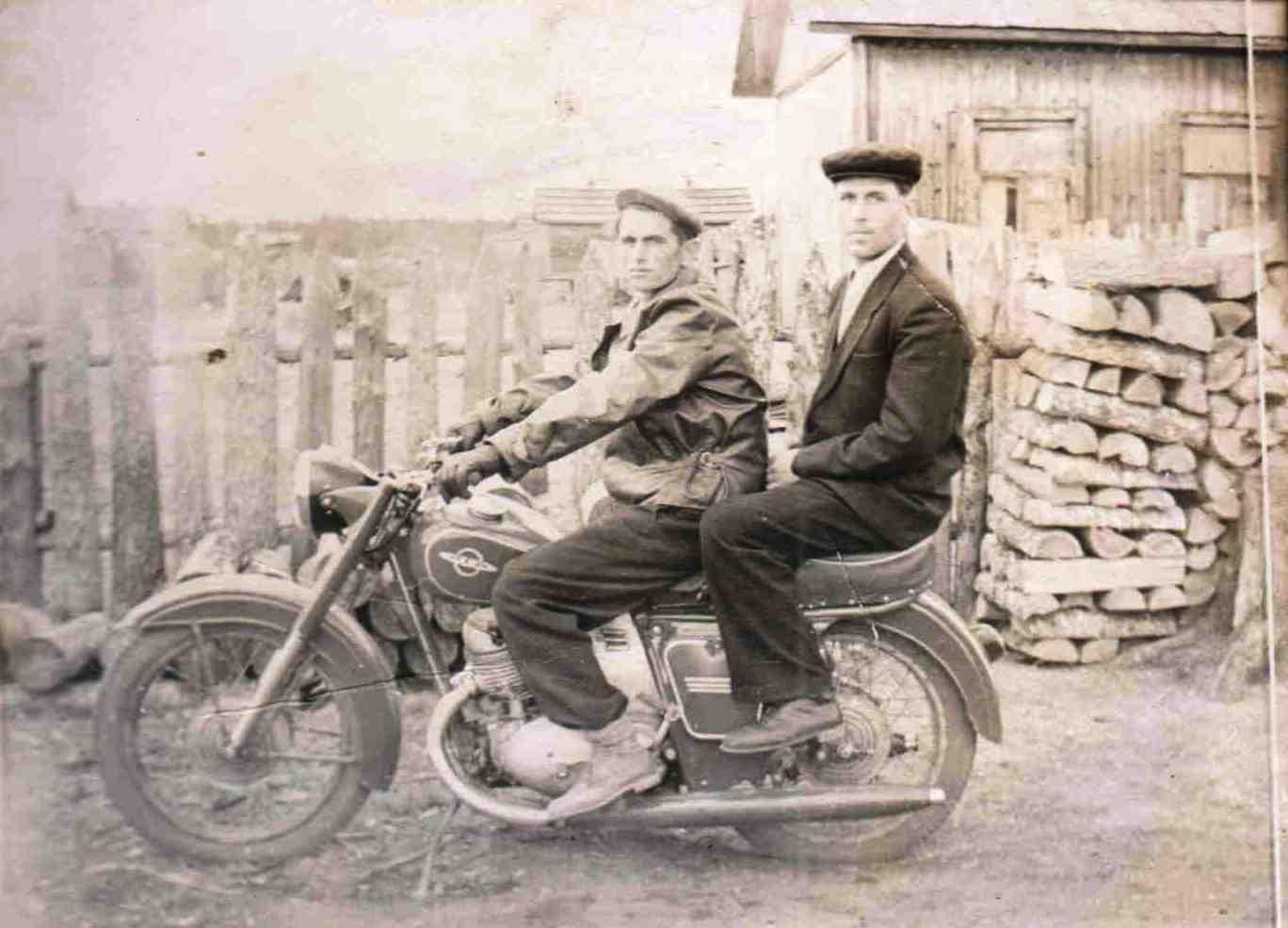 Мотоцикл. Осьмаков Н.А. (сзади).