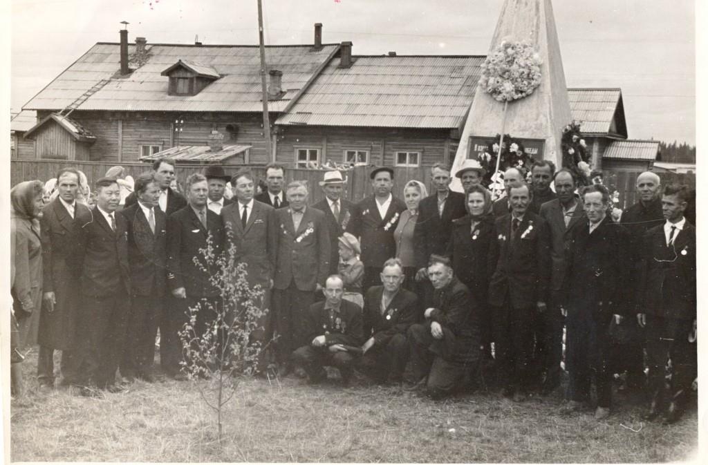 8. 9 мая 1965-70 ветераны у Обелиска Победы