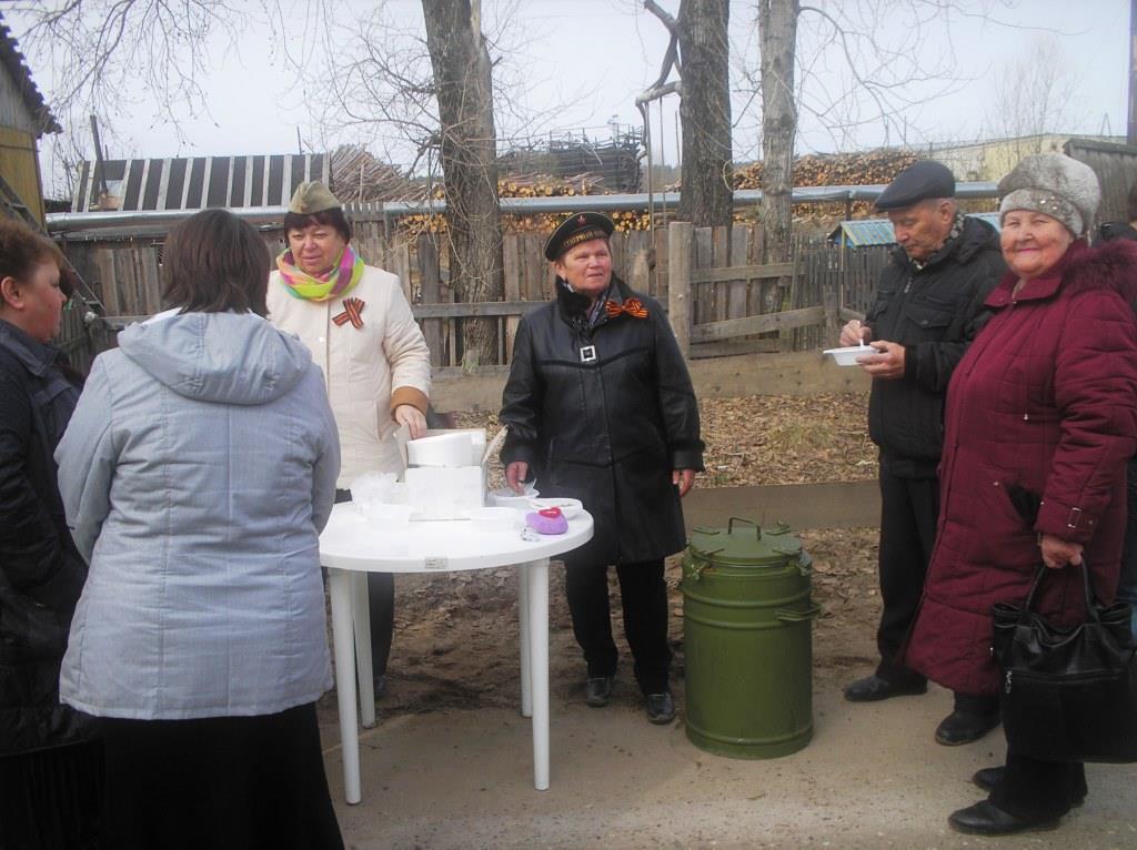 9 мая 2014. Полевая кухня у Обелиска (Кушмылева и Трушина)