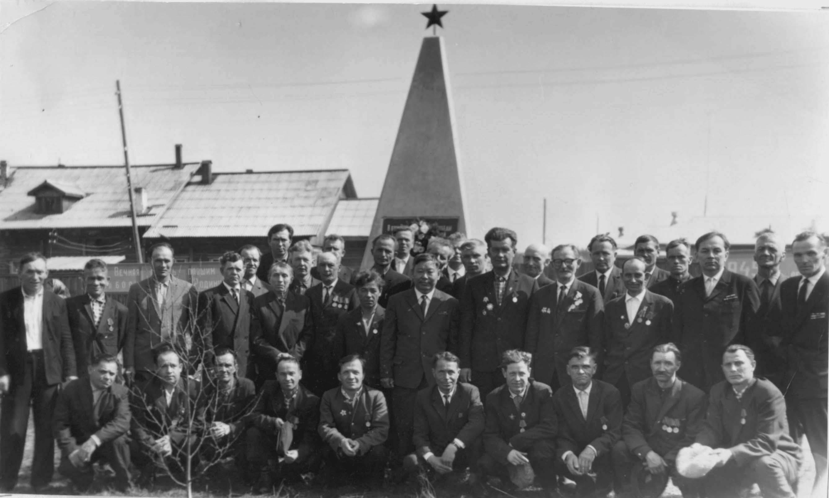 9. 9 мая 1965-70 ветераны у Обелиска Победы