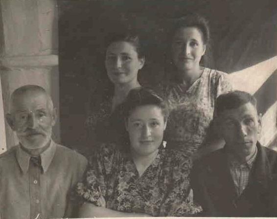 Абражевич Антон Петрович с дочерьми Таисией, Марией и Анной.