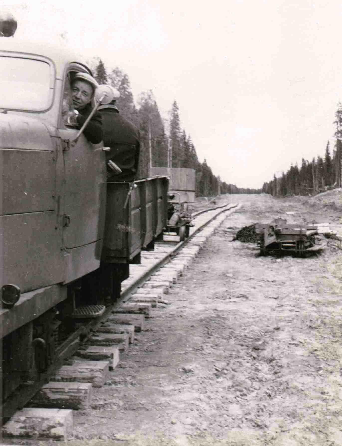 Автодрезина на Урдомской УЖД. В отличии от мотовозов и тепловозов (тягочей), возила на себе.